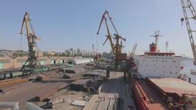 Carga de materiales a granel en el buque, cargando el buque de carga con grúas en el puerto Buques de carga en puertos que los ca almacen de video