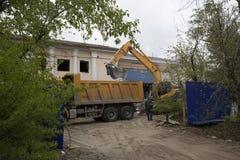 Carga de restos de construção após a demolição de uma construção foto de stock royalty free