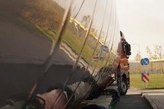 Carga de tamanho grande ou trem excepcional Um caminhão com um semirreboque especial para transportar cargas desproporcionados foto de stock royalty free