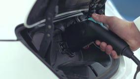 Carga de un coche eléctrico almacen de video