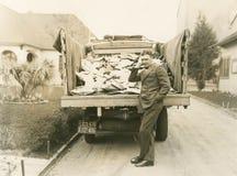 Carga del camión del correo Imágenes de archivo libres de regalías