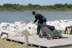Carga del canon por reenactor en el fuerte viejo Jackson imagen de archivo