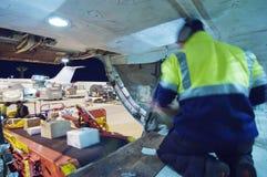 Carga del cargamento en el control del cargo de aviones Fotografía de archivo libre de regalías