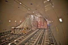 Carga del cargo dentro de un aeroplano Foto de archivo libre de regalías