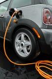 Carga del coche eléctrico Fotos de archivo libres de regalías