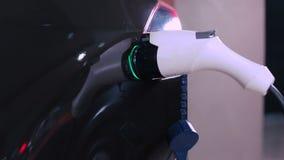 Carga del coche eléctrico almacen de metraje de vídeo