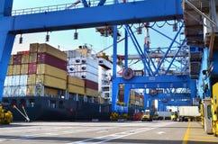 Carga del puerto con el buque mercante Imagen de archivo