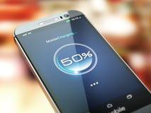 Carga del teléfono móvil Smartphone con el nivel de la batería de la carga en t imágenes de archivo libres de regalías
