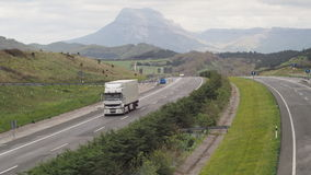 Carga do caminhão de Renault na estrada da montanha Fotografia de Stock