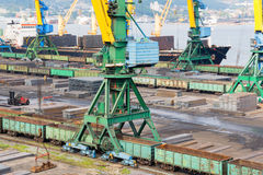 Carga do metal no porto de Nakhodka, Rússia Imagem de Stock Royalty Free