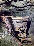 Carga dos minerais dentro da mina de Calamita imagens de stock royalty free