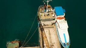 A carga e o passageiro transitam pelo porto na opinião aérea da cidade de Dapa Ilha de Siargao, Filipinas filme