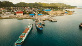A carga e o passageiro transitam pelo porto na opinião aérea da cidade de Dapa Ilha de Siargao, Filipinas vídeos de arquivo