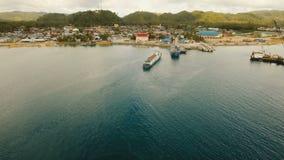 A carga e o passageiro transitam pelo porto na opinião aérea da cidade de Dapa Ilha de Siargao, Filipinas video estoque
