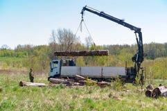 A carga entra o caminhão, guindaste para a madeira de carregamento imagens de stock