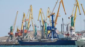 Carga móvil del buque de carga en el puerto almacen de metraje de vídeo