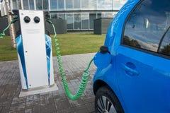 Carga moderna del coche eléctrico Imagenes de archivo