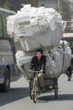 Carga pesada en la bici en China Foto de archivo libre de regalías