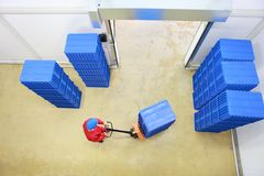 Carga - recipientes da carga do trabalhador no depósito Fotos de Stock Royalty Free