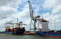 Carga y descarga en el puerto de Rotterdam Imagenes de archivo