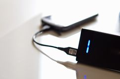 Cargador de batería del banco de la alimentación externa Fotos de archivo libres de regalías