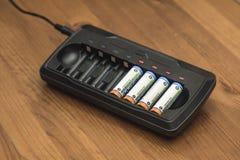 Cargador de batería y carga de las baterías Fotografía de archivo libre de regalías