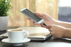 Cargador de conexión de la mano de la muchacha al teléfono elegante Fotos de archivo