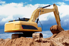 Cargador de excavador en sandpit Imagen de archivo libre de regalías
