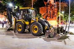 Cargador de la retroexcavadora en la construcción del parque público en la noche en Turquía Fotos de archivo libres de regalías