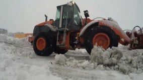 Cargador de la rueda de la parte frontal que despeja nieve y el hielo mojados del mantenimiento de carreteras del invierno