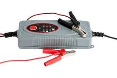Cargador electrónico moderno para la batería de coche con las abrazaderas y el puente Imágenes de archivo libres de regalías