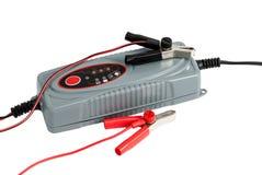 Cargador electrónico moderno para la batería de coche con los terminales y jum Fotos de archivo