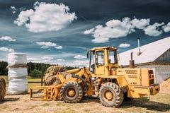 Cargador multiusos Carry Out Works In Transportation de la rueda del heno Foto de archivo