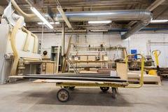 Cargador y tableros en la tienda de la fábrica de carpintería Fotografía de archivo libre de regalías