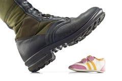 Cargadores del programa inicial del ejército que machacan los zapatos de los niños Fotografía de archivo