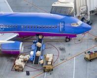 Cargaison étant chargée sur des aéronefs Photographie stock libre de droits