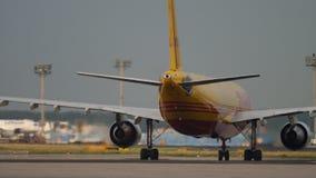 Cargaison Airbus A300 roulant au sol apr?s le d?barquement banque de vidéos