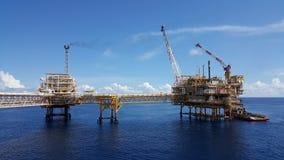 Cargaison de transfert de bateau d'approvisionnement à huiler et industrie du gaz photos stock