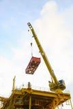 Cargaison de transfert d'opération de grue sur la plate-forme et cargaison mobile du bateau d'approvisionnement, gros porteur dan Photos libres de droits