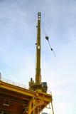 Cargaison de transfert d'opération de grue sur la plate-forme et cargaison mobile du bateau d'approvisionnement, gros porteur dan photo libre de droits