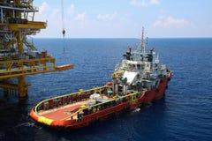 Cargaison de transfert de bateau d'approvisionnement à l'huile et industrie du gaz et cargaison mobile du bateau à la plate-forme Photo libre de droits