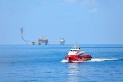 Cargaison de transfert de bateau d'approvisionnement à l'huile et industrie du gaz et cargaison mobile du bateau à la plate-forme photo stock