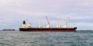 Cargaison en vrac de navire avec la grue Photographie stock libre de droits