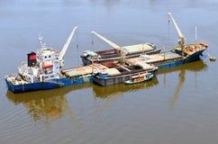 Cargaison en vrac de navire avec la grue et l'allumeur Photographie stock