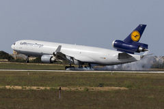 Cargaison MD-11 atterrissant Image stock