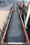 Cargaisons de chemin de fer remplies du charbon noir images stock