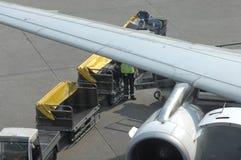 Cargamento de Aiplane con bagaje Fotografía de archivo