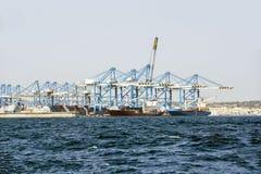 Cargamento de graneleros contra el fondo de un gran número de grúas de puente Foto de archivo libre de regalías