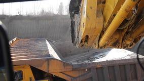 Cargamento de la tierra en un camión volquete metrajes