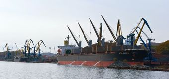 Cargamento del carbón en la nave en el puerto de Najodka Bahía de Nakhodka Mar del este (de Japón) 20 10 2012 Fotos de archivo libres de regalías